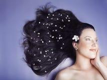 Belle fille avec les fleurs blanches photo stock