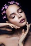 Belle fille avec les fleurs violettes Photos stock