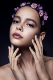 Belle fille avec les fleurs violettes Images stock