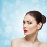 Belle fille avec les lèvres rouges lumineuses image stock