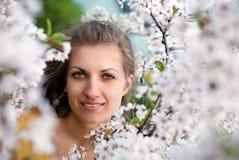 Belle fille avec sakura de floraison Images stock