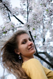 Belle fille avec sakura de floraison Photo libre de droits