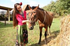 Belle fille avec son cheval photo stock