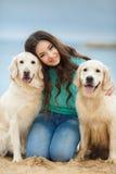 Belle fille avec son chien près de mer Photo libre de droits