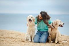 Belle fille avec son chien près de mer Images libres de droits