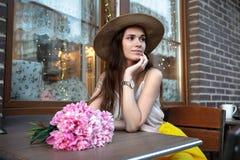 Belle fille avec un bouquet dans la ville Photographie stock libre de droits