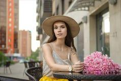 Belle fille avec un bouquet dans la ville Image stock