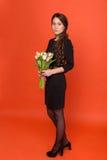Belle fille avec un bouquet des tulipes photographie stock libre de droits