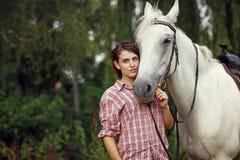 Belle fille avec un cheval Photo stock