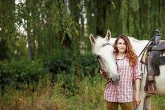 Belle fille avec un cheval Photo libre de droits