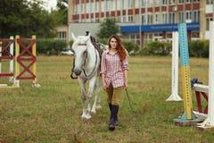 Belle fille avec un cheval Photos stock
