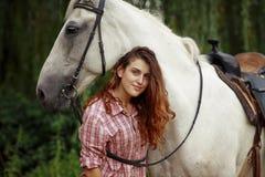 Belle fille avec un cheval Photographie stock