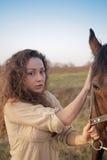 Belle fille avec un cheval dehors Images libres de droits