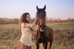 Belle fille avec un cheval dehors Photo libre de droits