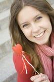 Belle fille avec un coeur rouge Image stock