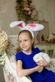 Belle fille avec un lapin de Pâques images stock