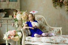 Belle fille avec un lapin de Pâques image libre de droits