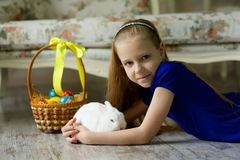 Belle fille avec un lapin de Pâques image stock