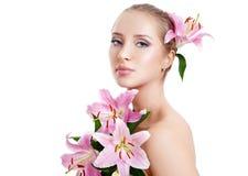 Belle fille avec un lis de fleur Images stock