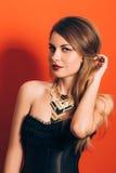 Belle fille avec un maquillage spectaculaire Image stock