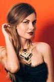 Belle fille avec un maquillage spectaculaire Photographie stock libre de droits
