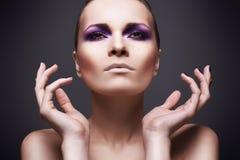 Belle fille avec un renivellement violet Image stock
