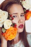 Belle fille avec un rouge à lèvres lumineux Photo stock