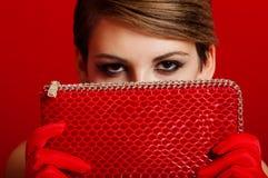Belle fille avec un sac d'embrayage rouge Photos libres de droits