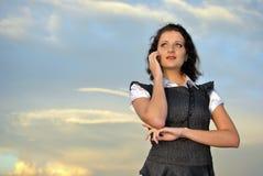 Belle fille avec un téléphone portable. Photographie stock libre de droits