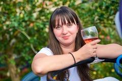 Belle fille avec un verre de vin Photos stock