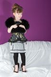 Belle fille avec une écharpe de fourrure noire Images libres de droits