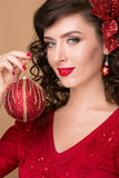 Belle fille avec une boule rouge de Noël Photo stock
