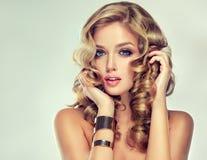 Belle fille avec une coiffure élégante image libre de droits
