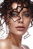 Belle fille avec une coiffure peu commune et un maquillage créatif Visage de beauté Images libres de droits