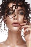 Belle fille avec une coiffure peu commune et un maquillage créatif Visage de beauté Photo libre de droits