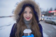 Belle fille avec une cuvette de café Image libre de droits