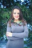 Belle fille avec une décoration originale sur le cou dehors le soir d'hiver Photo stock
