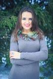 Belle fille avec une décoration originale sur le cou dehors le soir d'hiver Photos stock
