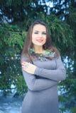 Belle fille avec une décoration originale sur le cou dehors le soir d'hiver Image libre de droits