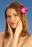 Belle fille avec une fleur dans son cheveu Images stock