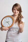 Belle fille avec une grande horloge Photos libres de droits