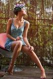 Belle fille avec une guirlande des fleurs Photo libre de droits