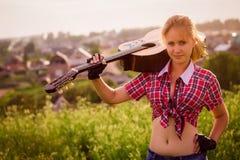 Belle fille avec une guitare Images libres de droits