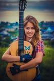Belle fille avec une guitare Photo stock