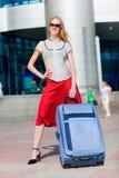 Belle fille avec une valise contre Photo stock