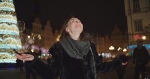 Belle fille ayant l'amusement parmi de grandes bulles de savon dans une ville la nuit clips vidéos