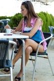 Belle fille ayant le café sur la rue Photographie stock libre de droits