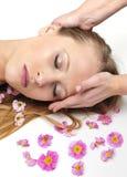 Belle fille ayant le massage dans la station thermale photographie stock libre de droits