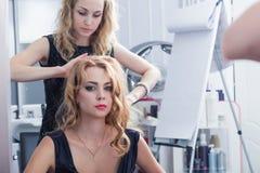 Belle fille ayant sa coupe de cheveux Images libres de droits