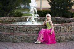 Belle fille blonde avec des arbres, robe blanche Image stock